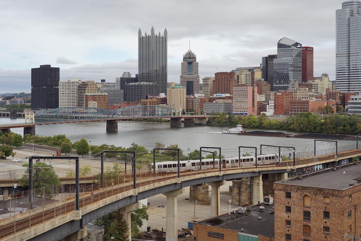 Pittsburgh_Light_Rail_on_the_Panhandle_Bridge